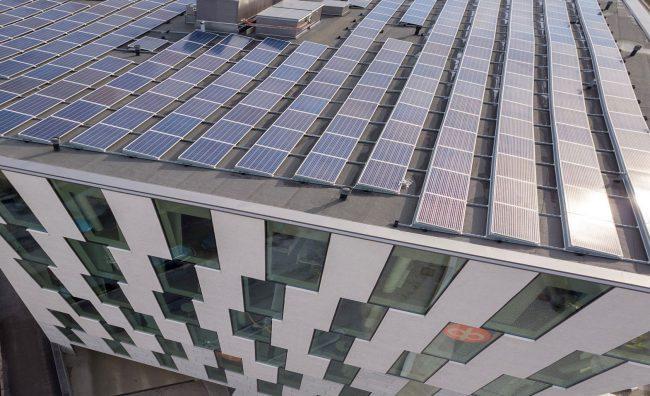 Aurinkopaneeleita OP:n toimitalon katolla.