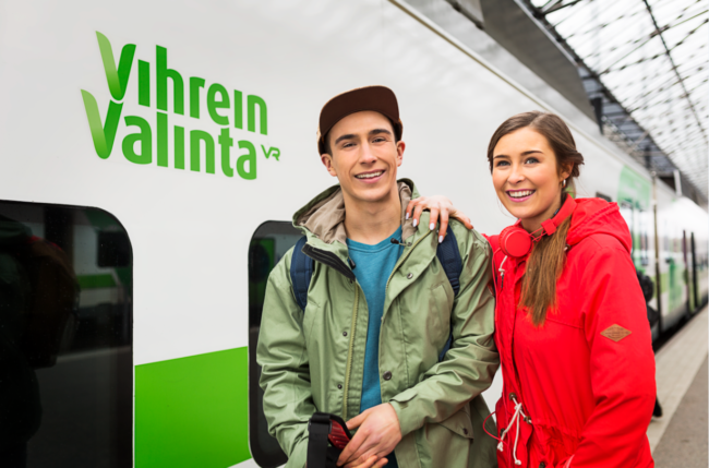 VR:n matkustajia juna-asemalla.