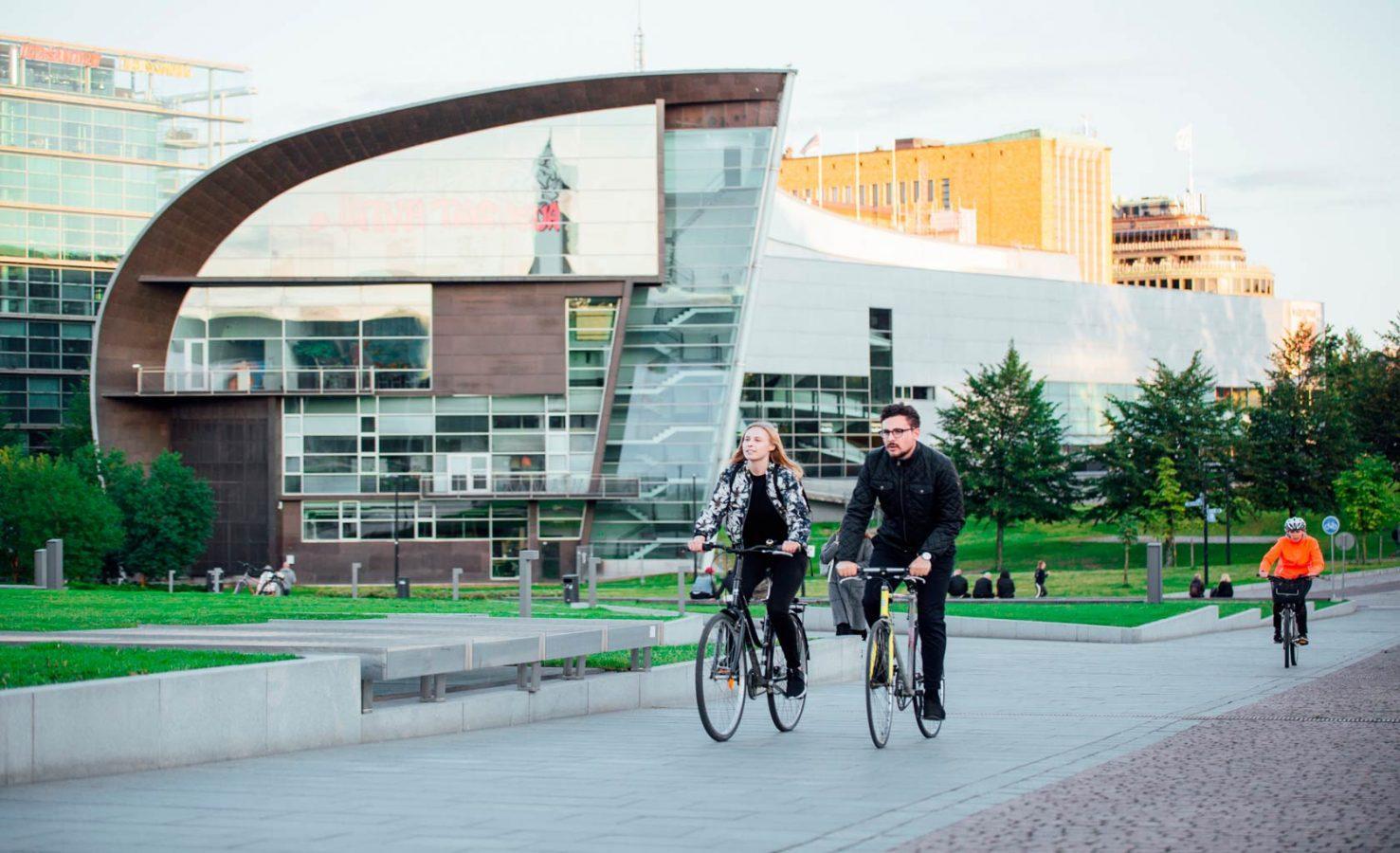 Pyöräilijöitä Kiasman edustalla. Kuva: Visit Finland / Julia Kivelä