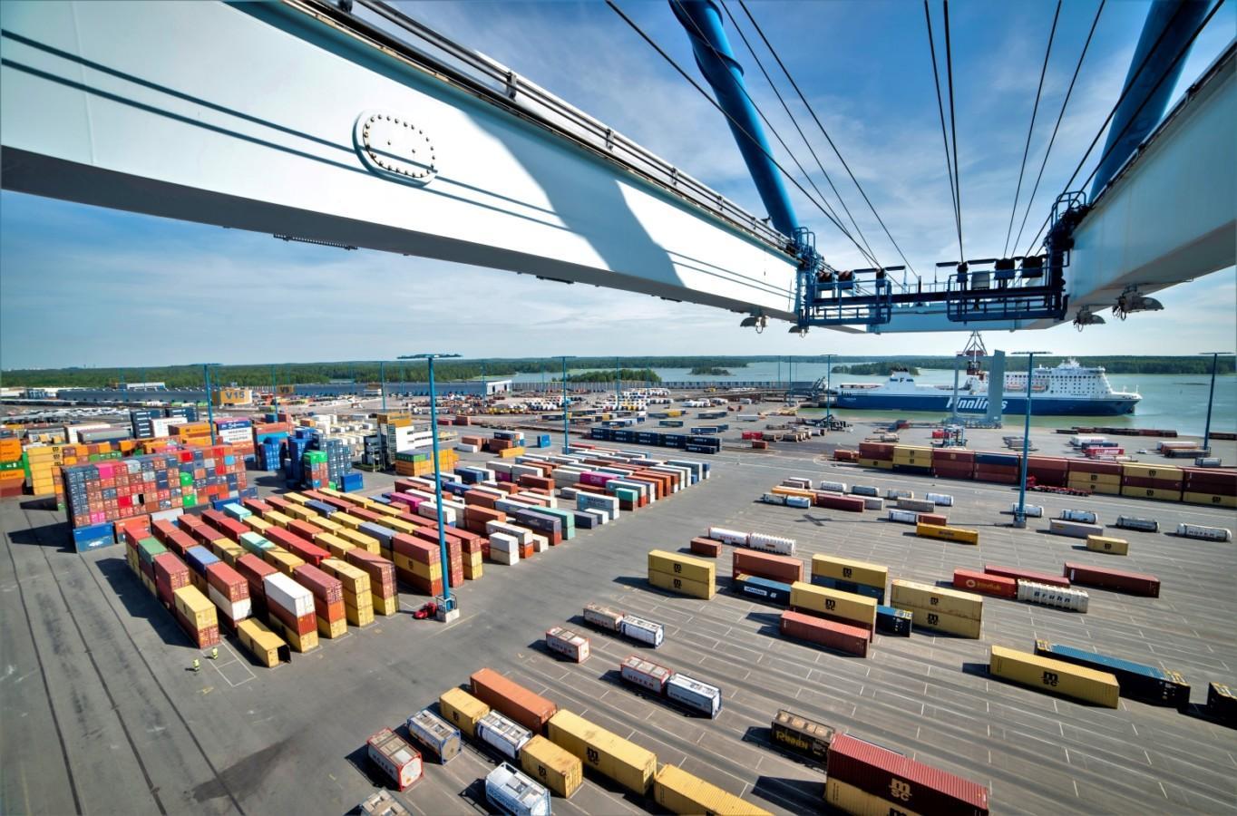 Vuosaaren sataman konttikenttää. Kuva: Helsingin Satama/Sanna Liimatainen